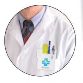 Proteggi taschino in PVC bianco per camice da medico.